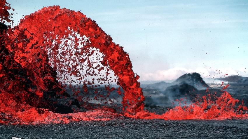 A pāhoehoe lava fountain on Kilauea erupts
