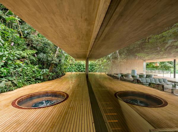 A nice treetop hot tub (Photo: Fernando Guerra)