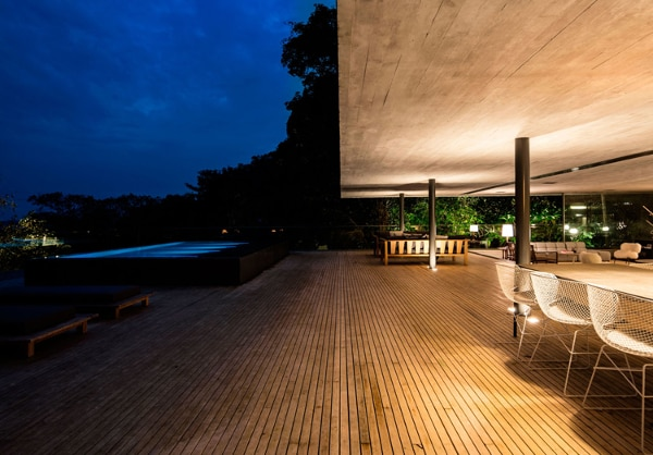 Perfect for indoor-outdoor entertaining (Photo: Fernando Guerra)
