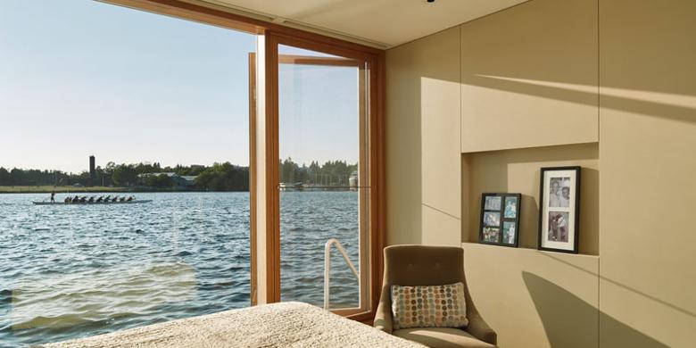 Large-windowed bedrooms adorn the lower level (Photo: Benjamin Benschneider Photography)
